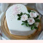 Торт у формі серця на срібне весілля