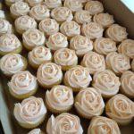 Капкейки оформленні трояндами з крему