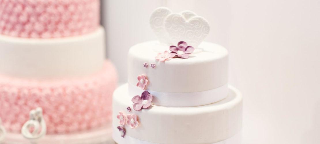 Весільний двоярусний торт із сердечком
