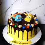 Жовтий дитячий торт з фігурками з мастики