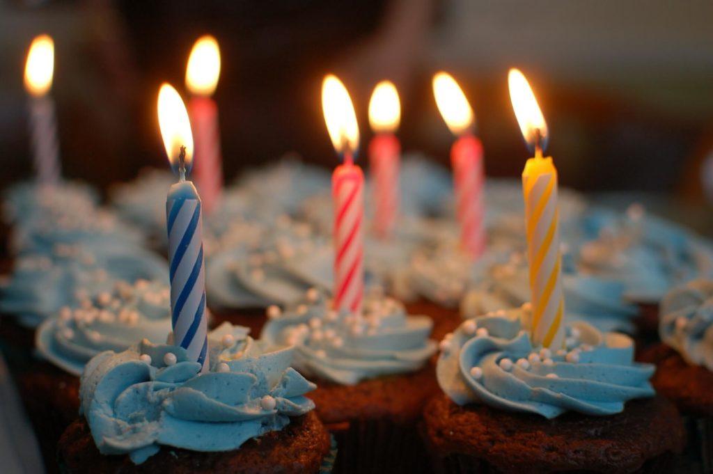 капкейки зі свічками на день народження