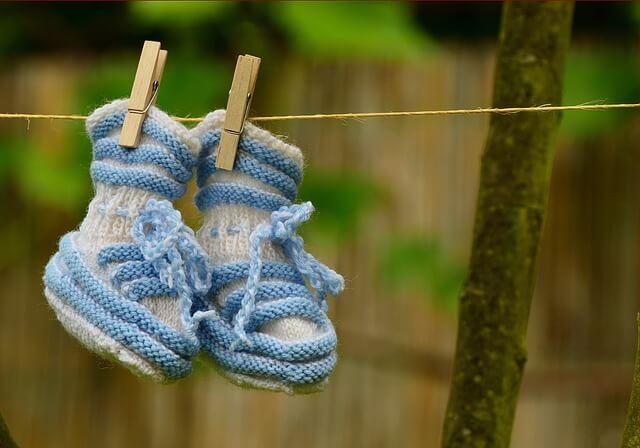 В'язані шкарпетки які висять на шнурку