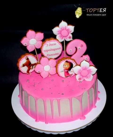 Рожевий торт з пряниками для дівчинки