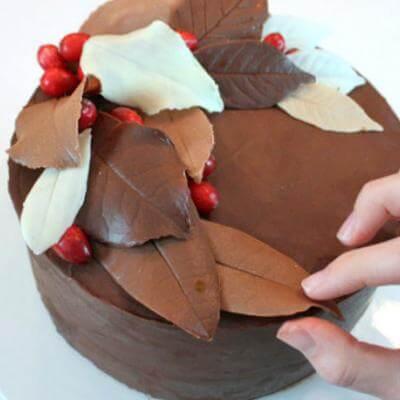 Оформлення торта шоколадними листочками пів місяцем