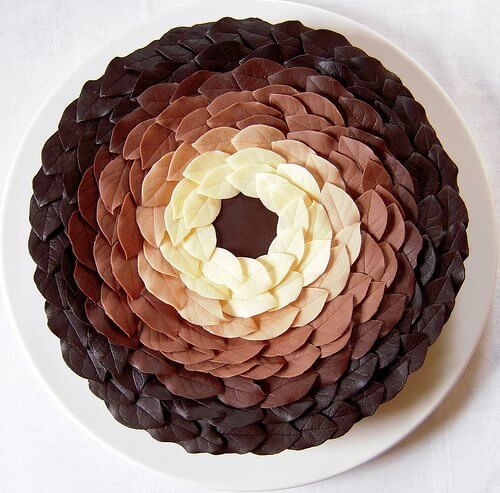 Оформлення торта шоколадними листочками по колу