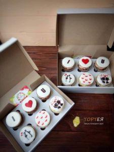 Дві коробки капкейків на день святого Валентина