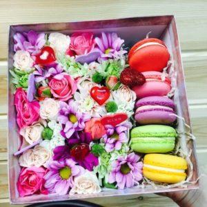 Солодка коробка з цукерок і макарун