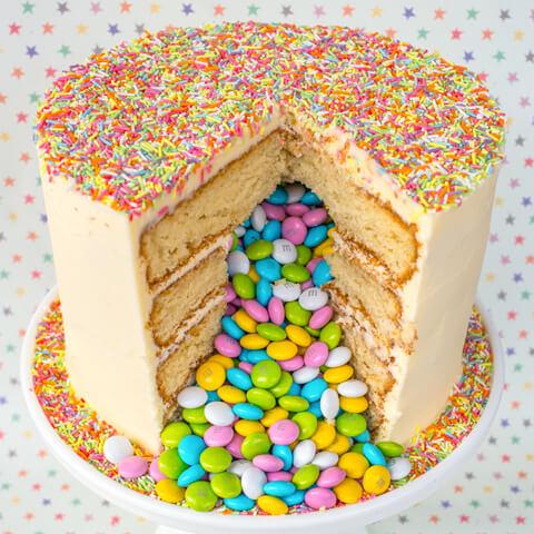 Високий торт з сюрпризом