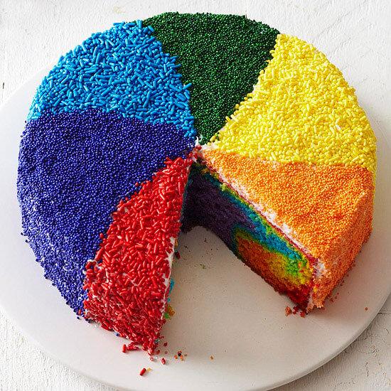 Торт прикрашений різнокольоровою посипкою