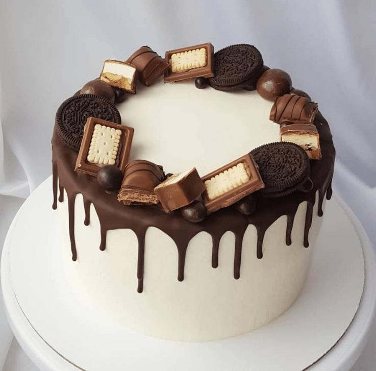 Білий торт із солодощами