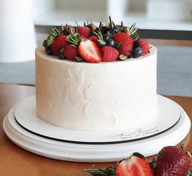 Торт із ягодами для дівчинки