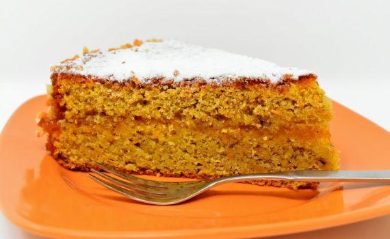 Шматок морквяного торта