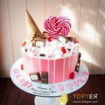 Торт прикрашений солодощами