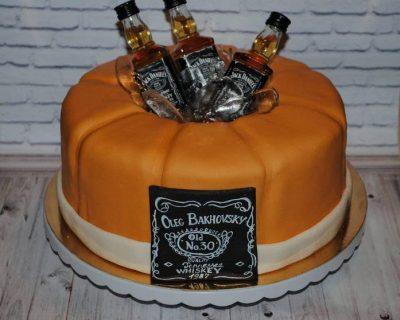 Круглий торт з бутилками віскі