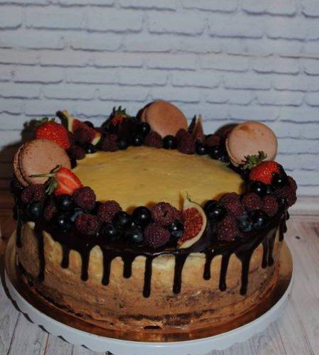 Кремовий торт з фруктами і макарунами