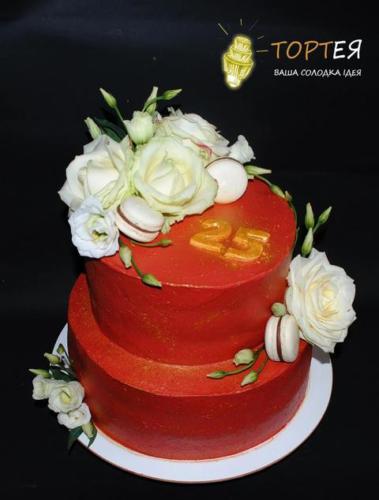 Двоярусний кремовий торт з квітами на день народження