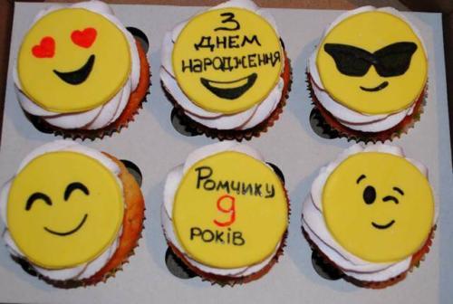 Дитячі капкейки смайлики на день народження