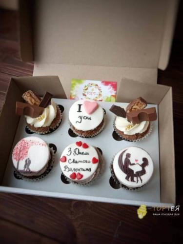 Капкейки з солодощами та вафельною картинкою на день Валентина