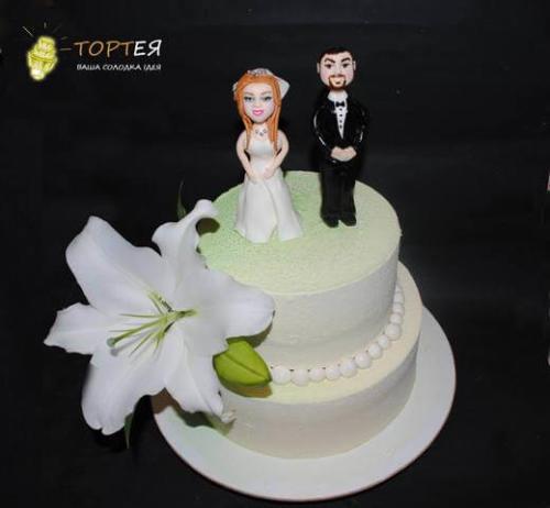 Весільний торт з фігурками молодят