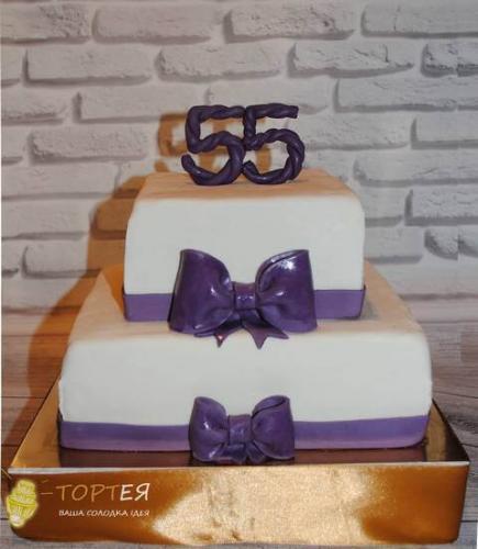 Двоярусний торт на 55 років з фіолетовими цифрами та стрічками