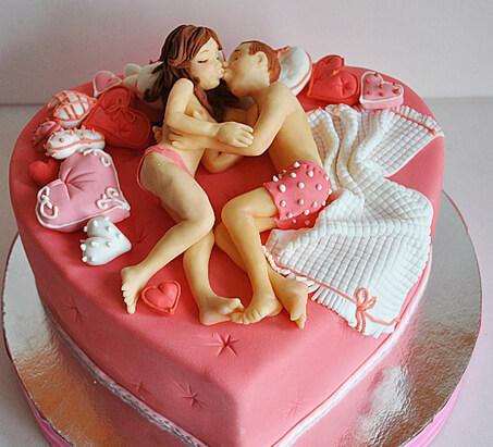 Торт на дівич вечір у формі ліжка