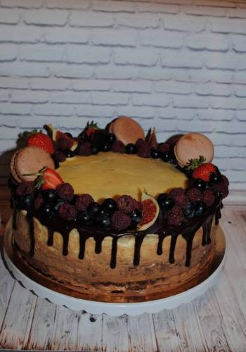 Торт без мастики з фруктами та ягодами